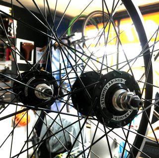 Listos para subir de nivel!🚀 / Pre-Ordena estas manzanas Flip Flop Sturmey Archer 32h / #fixedgear # #fixedporn #bike #roadcycling  #smalltown #bicicleta #ciclismo #cyclist #runner #bikelife #bikeride #pedallivrefotos #fitchicks #writersofinstagram #smile #vintagebikes #fixie #fixieporn #bike #somabikes #fixedgear_aesthetics #cinellifamily #lifestyle #fixiebogota #bicifixie #fixiecolombia #fixiemedellin #fixiecali