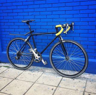 🤚🏻/Siguiente oportunidad/ 👋🏽 Se vende esta bici de 10v Semi-Usada a un precio único, (pregunta por interno). #fixedgear #fixedbike #fixedporn #outsideisfree #bike #roadcycling  #smalltown #bicicleta #bikelife #bikeride #pedallivrefotos #fitchicks #writersofinstagram #smile #instacute #vintagebikes #fixie #somabikes #fixedgear_aesthetics #street #lifestyle #bogotafixie #bicifixie #fixiebogota  #medellinfixedgear #fixiecali #ciclismocolombiano #biciruta #roadbike