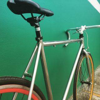 🤚🏻/Otra Oportunidad/ 👋🏽 Se vende esta bici Semi-Nueva a un precio único, (pregunta por interno). #fixedgear #fixedbike #fixedporn #outsideisfree #bike #roadcycling  #smalltown #bicicleta #bikelife #bikeride #pedallivrefotos #fitchicks #writersofinstagram #smile #instacute #vintagebikes #fixie #somabikes #fixedgear_aesthetics #street #lifestyle #bogotafixie #bicifixie #fixiebogota  #medellinfixedgear #fixiecali #ciclismocolombiano